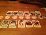 Spillebrettet består av små brikker og kortene i seg selv
