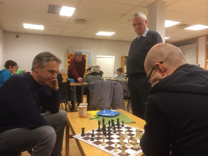 Mestermøte - PGs kronprins Aart utfordrer Trondheim sjakklubbs Robert! Olav passer på at ingen jukser...