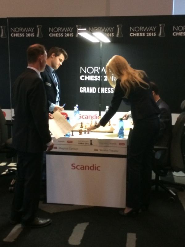 Carlsen prøver å forhandle med de 2 dommerne...