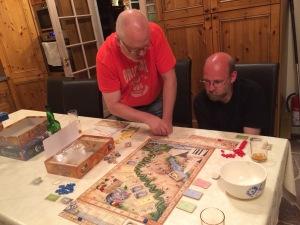 Peter forklarer reglene mens Mark prøver å henge med.