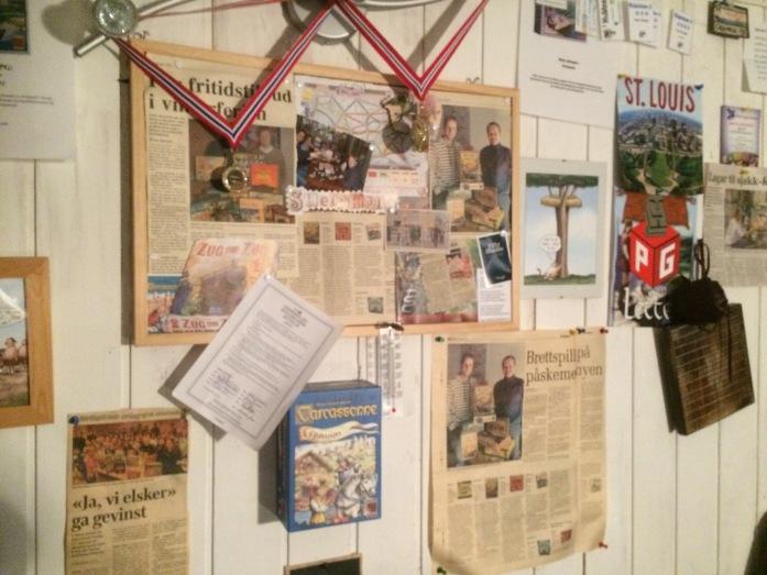 Collage, og gull og sølv fra Pitchcar på Midwinter samt PG-avisutklipp dekker veggen!