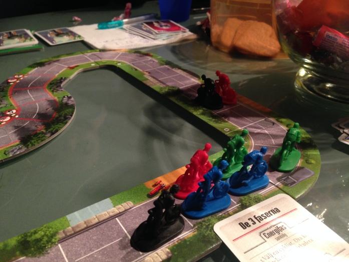 Rød og svart har 2 felts luke og derfor kan ikke resten av feltet slipstreame. Grønn får 2 vindkort, og rød og svart ett hver!