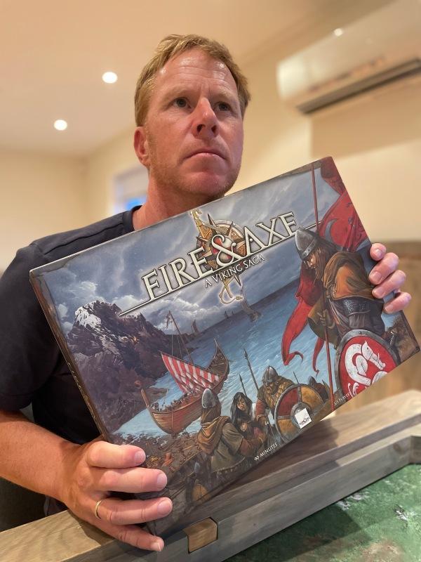 Sveinmain holder opp Fire &  Axe: A viking saga
